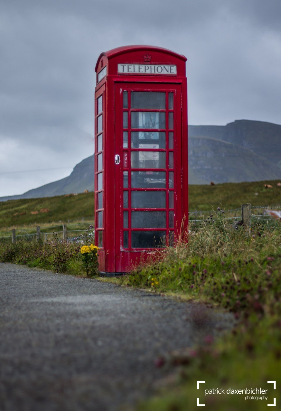Einsame Telefonzelle in der Staffin Bay, Isle of Skye